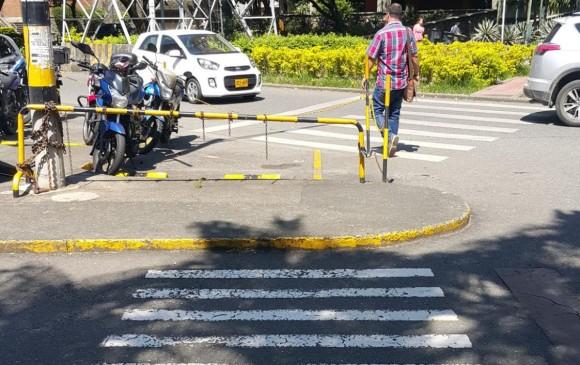 Cruce en el sector de Suramericana, interrumpido por el parqueadero de motos. FOTO CORTESÍA HÉCTOR OTÁLORA