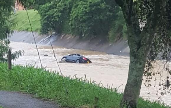 El carro estaba sumergido entre las aguas del río Medellín. FOTO CORTESÍA