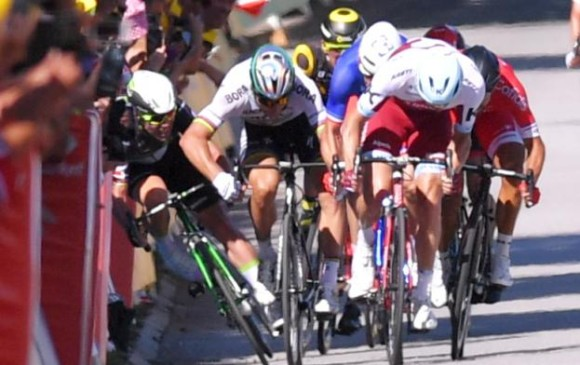 El momento en el que Peter Sagan y Mark Cavendish disputan el esprint de la cuarta etapa del Tour de Francia. FOTO CAPTURA DE VIDEO