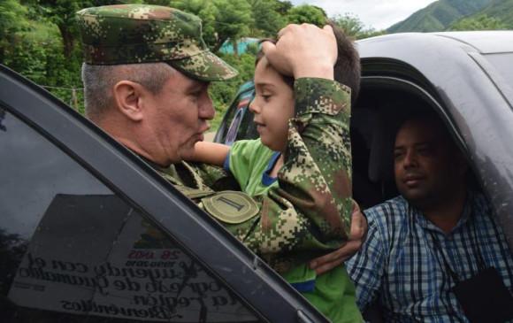 En el sector La Osa, vereda Cerro Redondo, hallaron a Cristo José. En la foto el hijo del alcalde de El Carmen se saluda con el gral. Eduardo Quiroz, comandante de la Fuerza de Tarea Vulcano. FOTO afp
