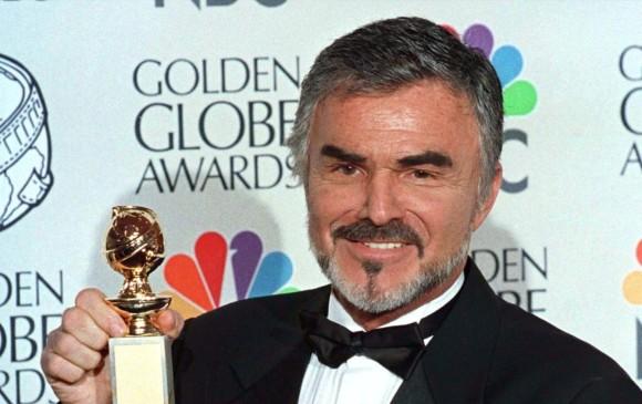 Burt Reynolds después de recibir el premio Globo de Oro a Mejor Actor de Reparto por la película Boogie Nights en 1997. FOTO: REUTERS.