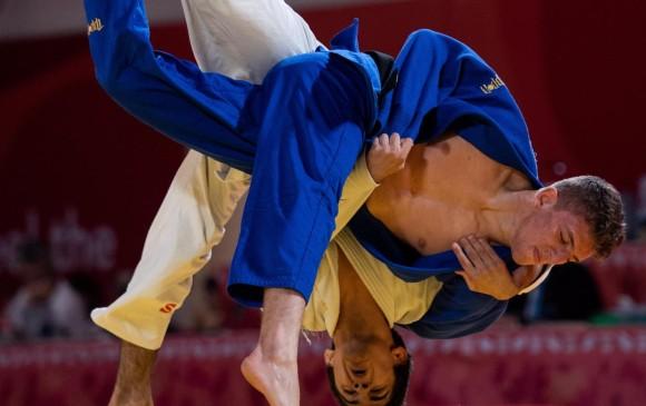 El ruso Abrek Naguchev y el español Javier Pena Insausti, en uno de los combates de la final de judo mixto en Buenos Aires. El colombiano Juan Felipe Montealegre (recuadro) fue segundo FOTOs efe y coc