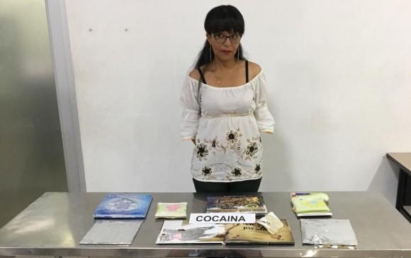 Detienen a maestra que llevaba cocaína entre los libros