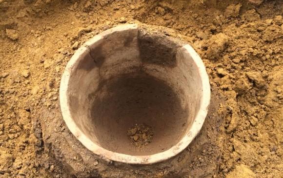 Vasija o posible contenedor de alimentos de medio metro y 35 centímetros de diámetro.