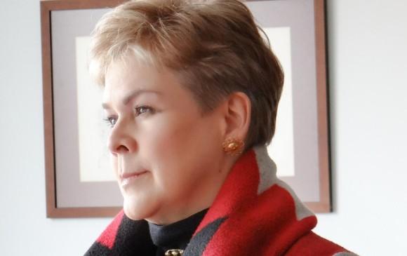 Ana Mercedes Vivas nació en Cali. Entre sus libros están <i>Verso a Verso</i>, <i>Las Trampas del Amor</i>,<i> Cartas de la Nostalgia, La Noche del Girasol</i>,<i> Material de Guerra y otros Materiales</i> y <i>Entre la Espada y la Pared</i>. Su obra ha sido traducida al inglés, portugués, francés, alemán y gallego. Foto Cortesía de la autora.