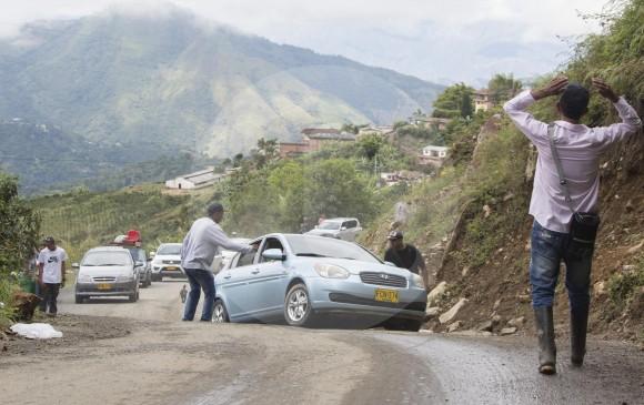 El mal estado de la vía demoró el flujo vehicular por Boquerón. Foto Mario Valencia