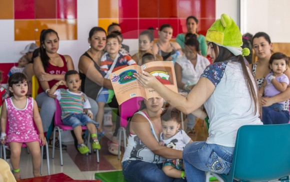 El Sistema de Bibliotecas cuenta con programas como La Hora del Cuento, que se lleva a los niños internos en hospitales. Foto Juan Antonio Sánchez.