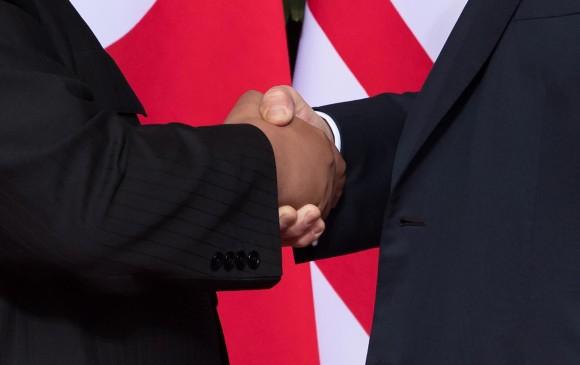 Donald Trump y Kim Jong Un durante su reunión. FOTO AFP