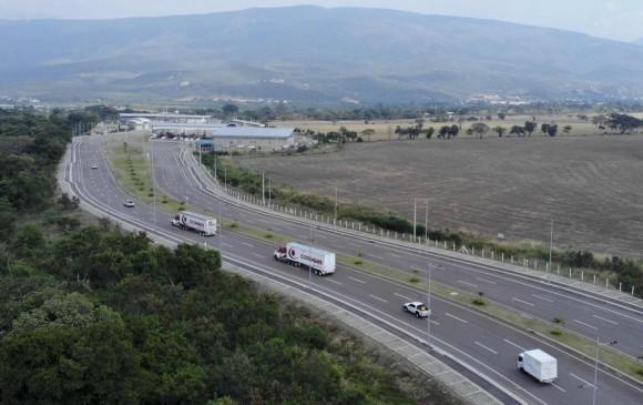 Los camiones con ayuda humanitaria ingresaron al puente internacional de Tienditas escoltados por la Policía de Colombia. Se espera que la ayuda llegue a Venezuela en los próximos días. FOTO AFP