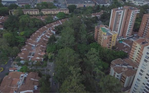 Las construcciones bordean La Ayurá, que atraviesa el municipio desde la parte alta hasta el río Medellín.