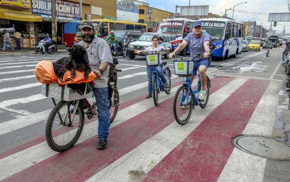 Las vías han sido señalizadas con pintura en el suelo, con la cual se indica por dónde deben transitar las bicicletas en zonas compartidas con otros vehículos. FOTO Juan Antonio Sánchez