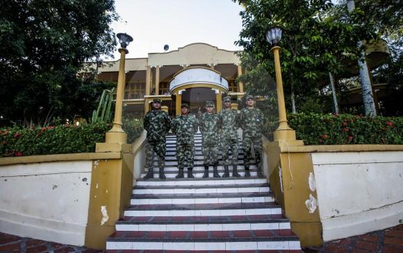 Interiores del Hotel Magdalena (arriba) y fachada de la ahora unidad militar y casa museo de la Decimocuarta Brigada del Ejército. FOTOS JULIO CÉSAR HERRERA