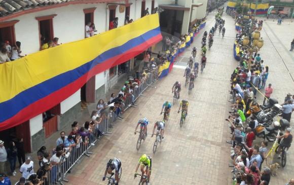 Los 168 ciclistas que disputan el Tour Colombia 2.1 a su paso por el municipio de El Carmen de Viboral. FOTO JUAN ANTONIO SÁNCHEZ