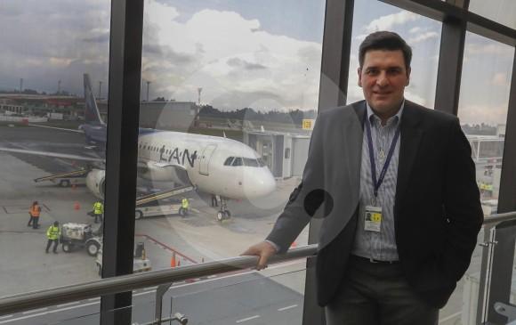 El director de Latam Airlines en Colombia, Santiago Álvarez, recibió el lunes el primer vuelo de la aerolínea que llegó a Rionegro desde Lima (Perú). Un A-319 para 144 pasajeros. FOTO MANUEL SALDARRIAGA