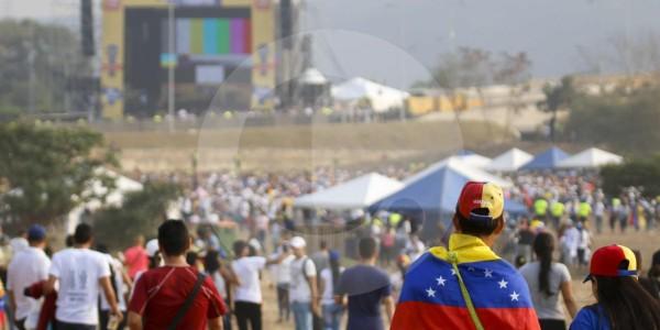 Miles de personas esperan el inicio del Venezuela Aid Live