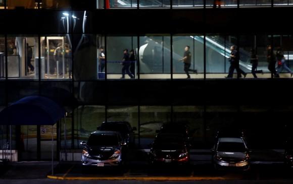 Agentes del Ministerio Público llegan al aeropuerto La Aurora para tratar de cumplir la orden de la Corte de Constitucionalidad de Guatemala y dejar ingresar al investigador de la CICIG, Yilen Osorio. Foto; EFE