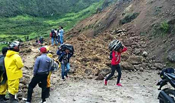 Al menos 13 personas muertas por un alud de tierra