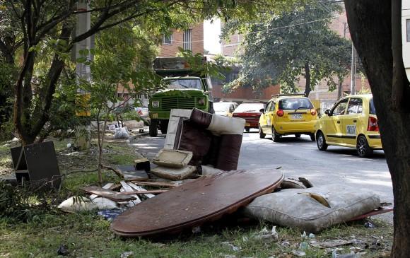 Los habitantes del sector tampoco contribuyen con el aseo y dejan basuras y desechos en las calles, andenes, parques y esquinas.