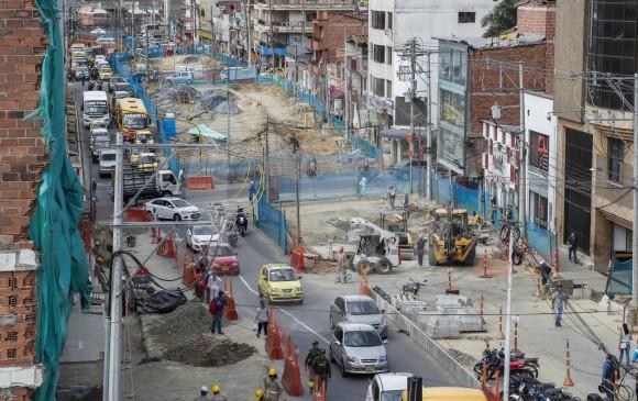 El tráfico por la Avenida El Poblado, a la altura de Envigado, sigue restringido a un carril por estas obras de Metroplús. Concejal denuncia posibles sobrecostos por demoras. FOTO Robinson Sáenz