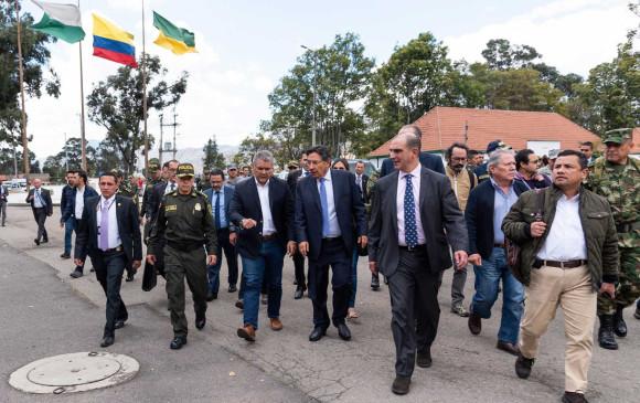 Iván Duque, presidente de Colombia, Néstor Humberto Martínez, Fiscal, junto a comitiva en Escuela de Policía General Santander. Foto: Presidencia de la República