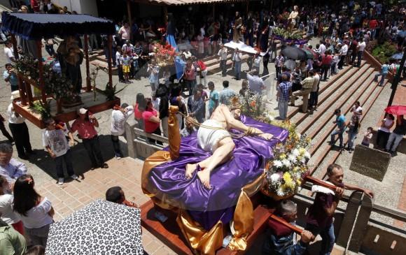 La Gobernación dice que esta es la tercera temporada más importante para el turismo en Antioquia, después de las vacaciones de mitad y fin de año. En la imagen una procesión del Viernes Santo en Jericó. FOTO Manuel Saldarriaga