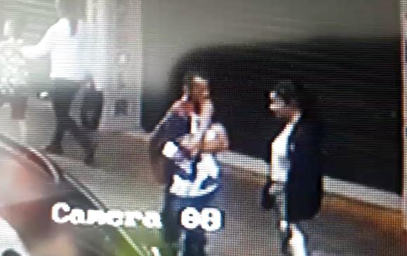 En una cámara de vigilancia del barrio La Planta se ve a Sofía conversando con un desconocido, antes de irse con él y desaparecer. FOTO: imagen capturada de video.