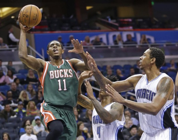 Brandon Knight de los Bucks de Milwaukee en una jugada contra los Magic de Orlando. FOTO AP