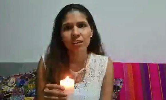 La secretaria de las Mujeres de Medellín, Juliana Martínez, encendió una vela en honor a la vida de Luz Dary Murillo, asesinada el pasado domingo 12 de abril en un hecho que es investigado y podría tratarse de un caso de feminicidio. FOTO CORTESÍA ALCALDÍA DE MEDELLÍN