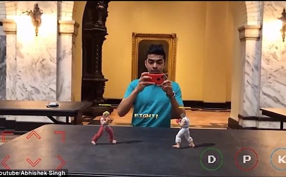 El programador Abhishek Singh jugando Street Fighter II: Real World Warrior. Para jugar, un usuario apunta su cámara a una superficie plana, como una mesa o una calle.
