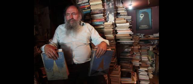 Libros con más vidas que un gato | En este lugar de la noche, la librería fundada por José Manuel Arango frente a la U. de A., hace 12 años, es administrada por Gustavo Zuluaga, el Hamaquero FOTO HERNÁN VANEGAS