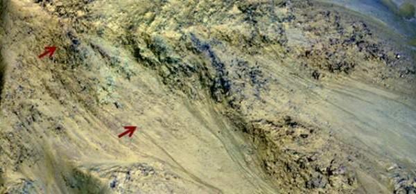 El agua no deja de fluir en la superficie de Marte