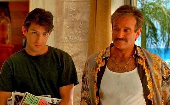 """<i>La jaula de las locas</i> (1996). En esta película interpreta al dueño de un cabaret emparejado con una """"drag queen"""", que debe dar buena impresión al suegro de su hijo, un sujeto conservador. Foto: Cortesía Cine Gay On Line"""