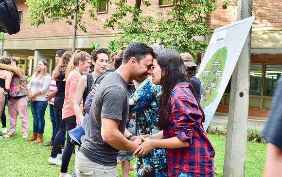 Pie de foto: Saludo maorí entre delegación neozelandesa y la comunidad de la Universidad de Antioquia. FOTO Cortesía U. de A.