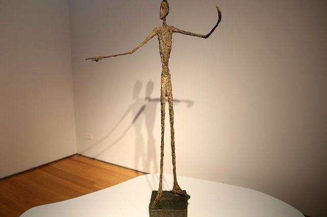 El hombre que apunta, de Alberto Giacometti. Es la escultura más cara. Fue vendida por 124 millones de euros en Christie's, Nueva York, el 11 de mayo de 2015. Hecha en bronce, fue creada por el escultor suizo en 1961.
