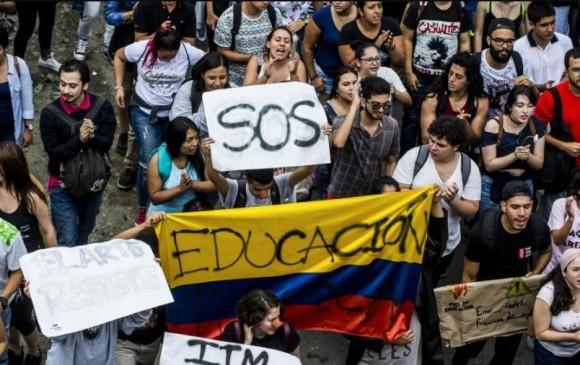 En el Parque de los Deseos de Medellín se reunieron cientos de manifestantes para comenzar su recorrido por la ciudad. Foto: Jaime Pérez