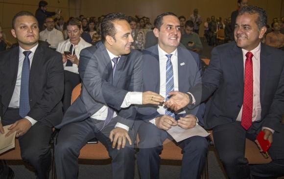 Johnny A. García (izquierda), alcalde de La Estrella; León Mario Bedoya, alcalde de Itagüí; Raúl Eduardo Cardona, alcalde de Envigado y Carlos Durán, alcalde de Caldas, se saludan al inicio del evento Aburrá Sur Cómo Vamos. FOTO Donaldo zuluaga