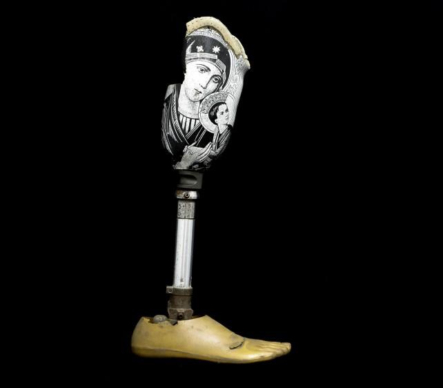 La solución tras el combate. Tras perder la pierna derecha en un combate, un coronel del Ejército utilizó este aparato ortopédico endoesquelético al que le añadió la imagen de una virgen por su devoción religiosa. Foto: Manuel Saldarriaga