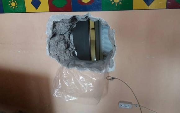 Así rompieron un muro en el edificio de la Alcaldía de Guatapé para robar un banco. FOTO CORTESÍA GUARDIANES ANTIOQUIA