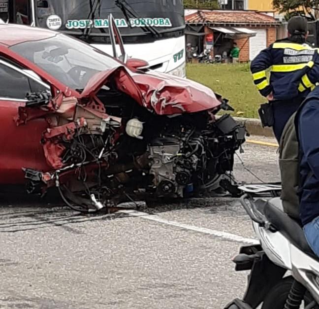 Aparatoso accidente en la glorieta del aeropuerto de Rionegro - El Colombiano