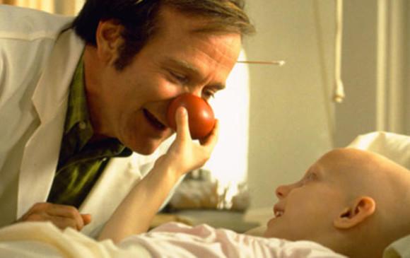 En <i>Patch Adams</i> (1998) interpretó a un médico que revolucionó los tratamientos médicos al incluir la risa en las terapias. Era médico payaso. Está basada en una historia real. Foto Cortesía Acción Preferente.