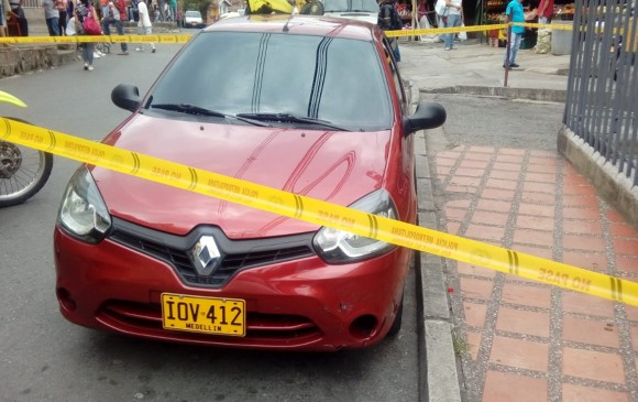 En este automóvil, inmovilizado por la Policía en el barrio El Socorro de Medellín, iban los sospechosos de matar a dos personas en La Pradera. FOTO: cortesía de Guardianes Antioquia.