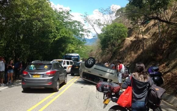 Accidente cerca a las partidas de Aurra, en la vía Medellín-Santa Fe de Antioquia. FOTO CORTESÍA GUARDIANES ANTIQOUIA