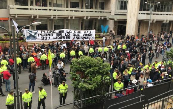 En las afueras del edificio de justicia ya hay manifestaciones a favor y en contra de Uribe. FOTO SERGIO CORREA