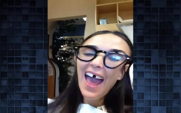 Demi Moore pierde dos dientes y muestra su sonrisa