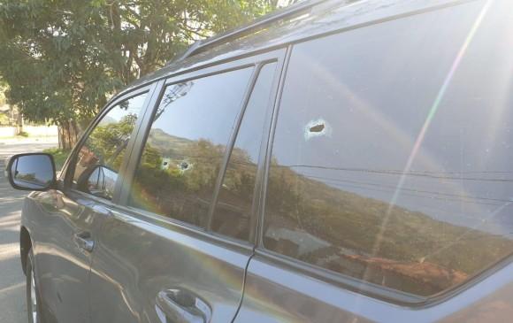 Los impactos de bala perforaron las ventanas laterales. Ni el conductor ni el pasajero sufrieron lesiones. FOTO: cortesía Alcaldía de Girardota.