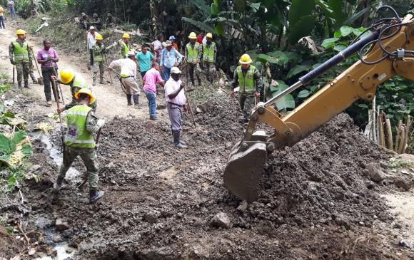 Según el Ejército, gracias al apoyo de la comunidad, la construcción de la vía costó 500 millones de pesos menos. FOTO: CORTESÍA EJÉRCITO