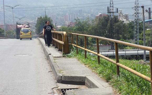 El puente del Pandequeso entre Envigado e Itagüí tiene un peligroso andén que hace bajar a las personas a la vía cuando se encuentran de frente. FOTO Cortesía.