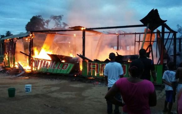 El pasado 5 de abril hombres encapuchados y armados incineraron un local en Remedios. Foto cahucopana