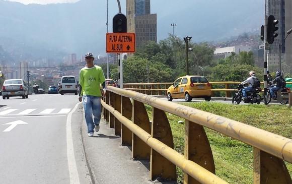 El andén del Puente de San Juan peligroso para las decenas de caminantes que lo usan a diario. FOTO Cortesía