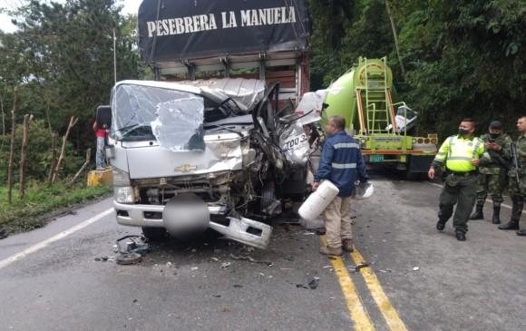El hecho, que dejó dos heridos, se presentó en la autopista Medellín-Bogotá, a la altura de San Luis. FOTO CORTESÍA INVÍAS